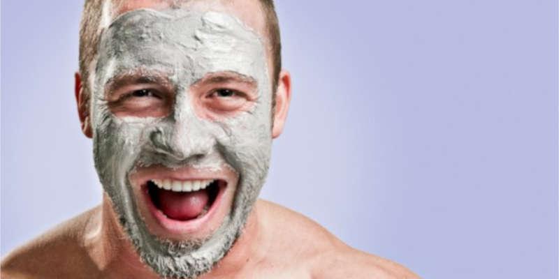 La arcilla verde limpia y nutre la piel masculina