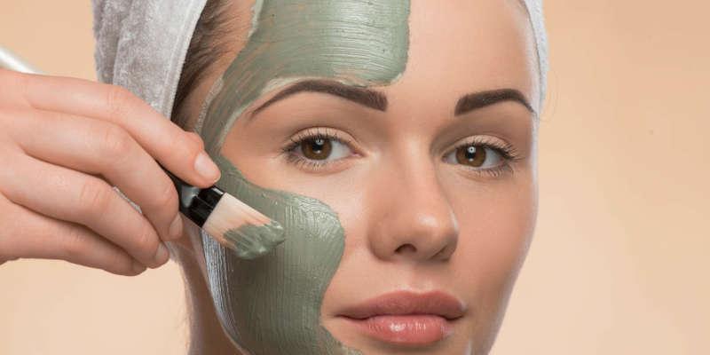 La mascarilla de arcilla verde es un potente limpiador facial natural